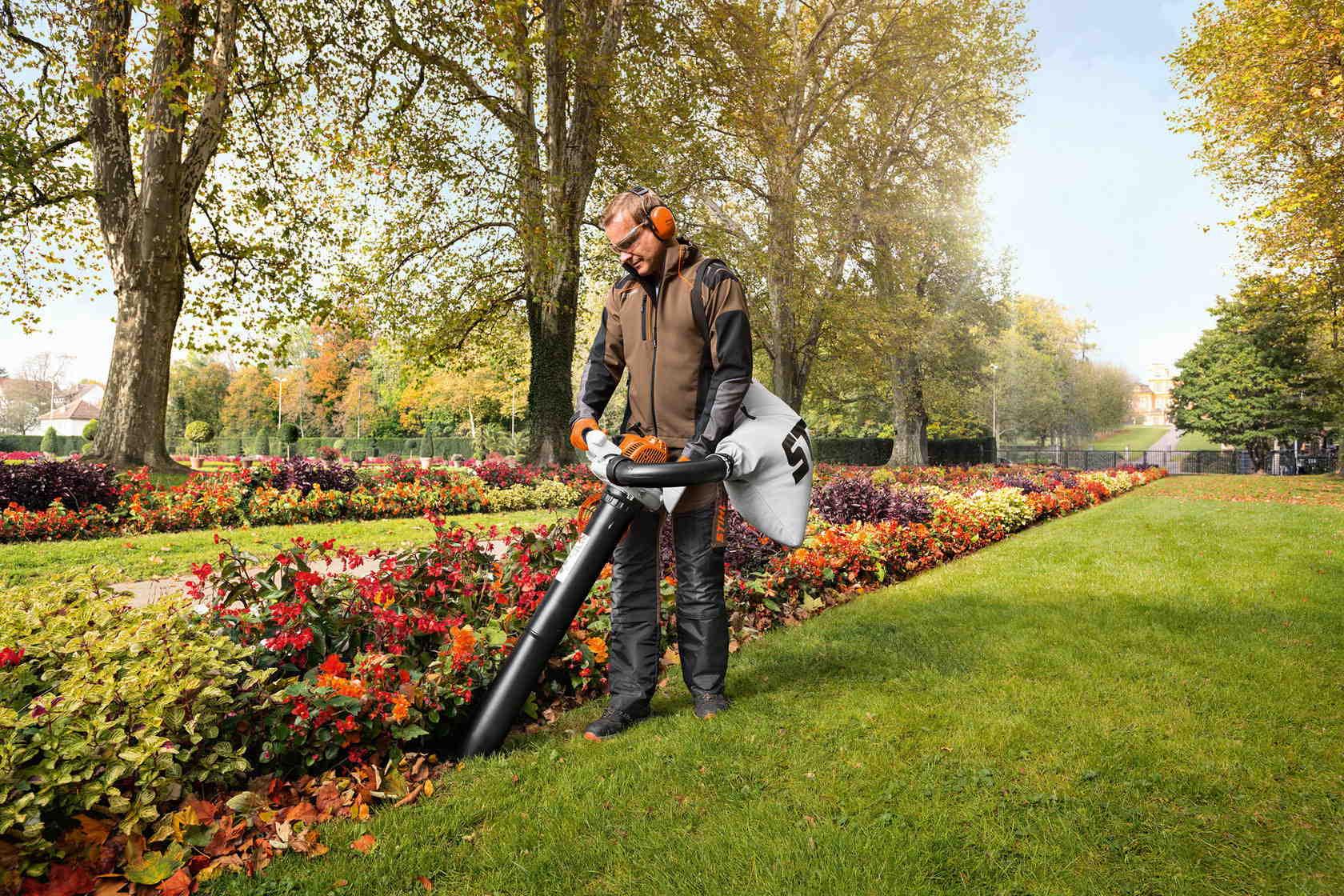 Уборка опавших листьев всасывающим измельчителем Stihl